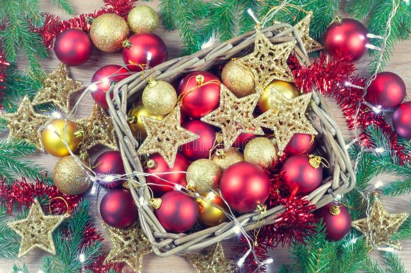 Le decorazioni rosse e dorate di Natale gioca le palle ed il fondo delle stelle con una ghirlanda delle luci fotografia stock libera da diritti