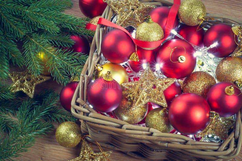 Le decorazioni rosse e dorate di Natale gioca le palle ed il fondo delle stelle con una ghirlanda delle luci immagini stock libere da diritti