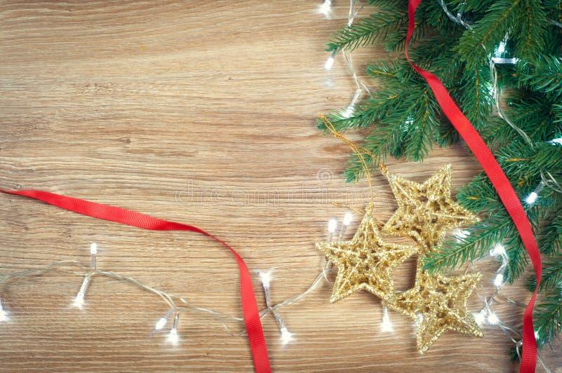Le decorazioni rosse e dorate di Natale gioca le palle ed il fondo delle stelle con una ghirlanda delle luci fotografia stock