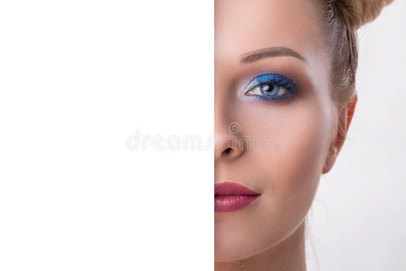 Le demi visage de beaut? avec le concept vide de conseil, se ferment vers le haut du demi portrait de visage de la fille avec la  images libres de droits