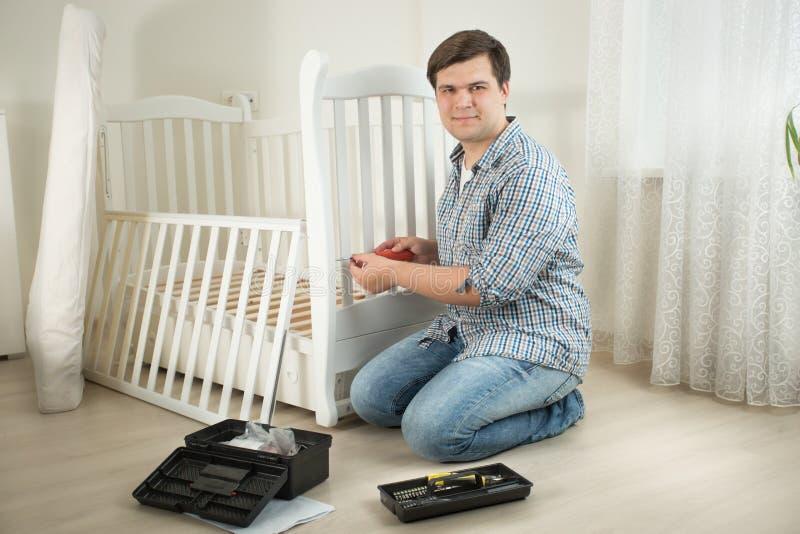 Le demonterande möblemang för man i barnkammare royaltyfri foto