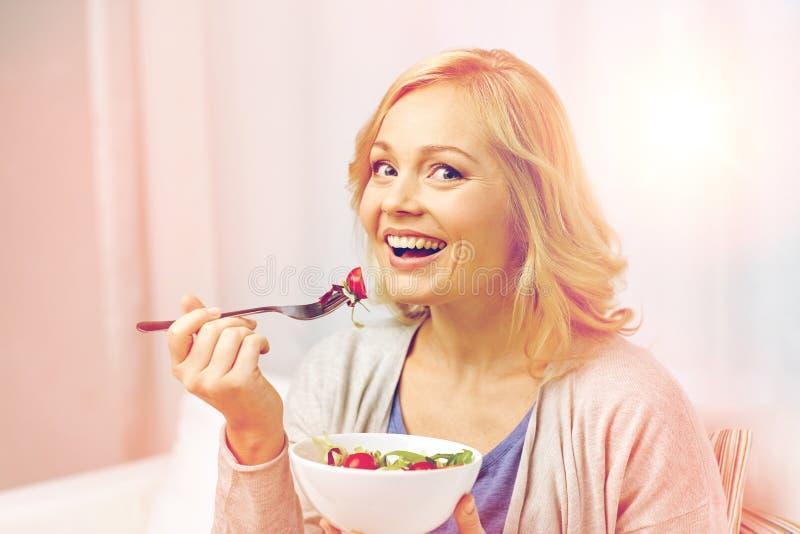 Le den åldriga kvinnan för mitt som hemma äter sallad fotografering för bildbyråer