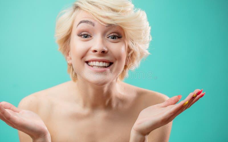 Le den öppna handen för den blonda kvinnavisningen gömma i handflatan royaltyfri foto