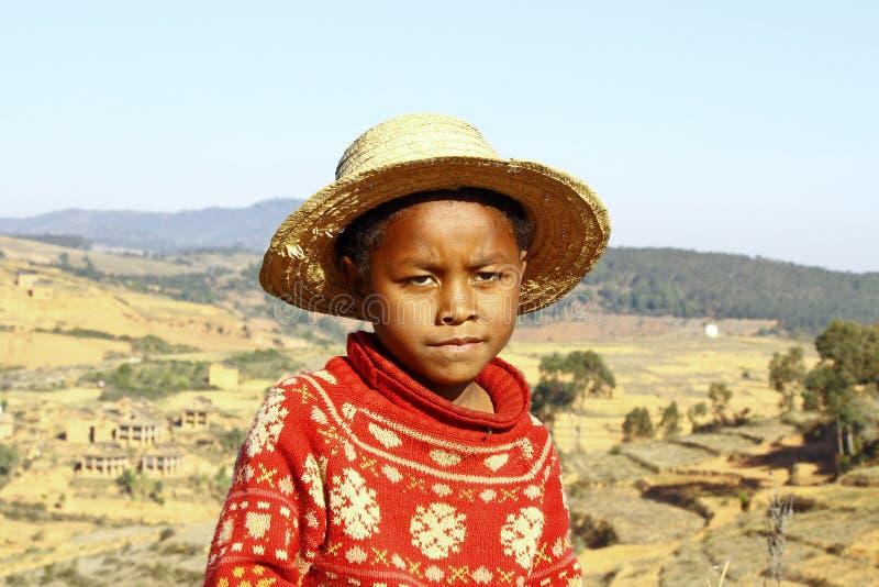 Le den afrikanska pojken med hatten på huvudet royaltyfria bilder