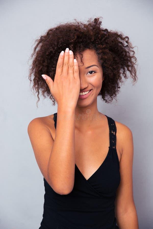 Le den afro amerikanska kvinnan som täcker hennes öga royaltyfria bilder