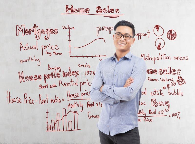 Le den asiatiska affärsmannen och hemförsäljningar royaltyfria bilder