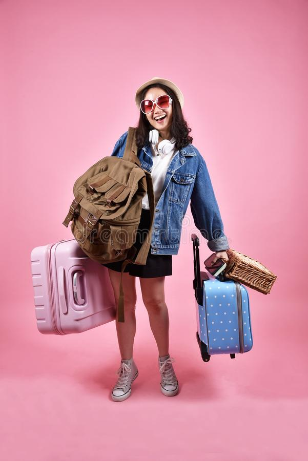 Le den asiatiska kvinnahandelsresanden bär lotten av bagage, den lyckliga turist- flickan som har den gladlynta ferieturen som är royaltyfria bilder