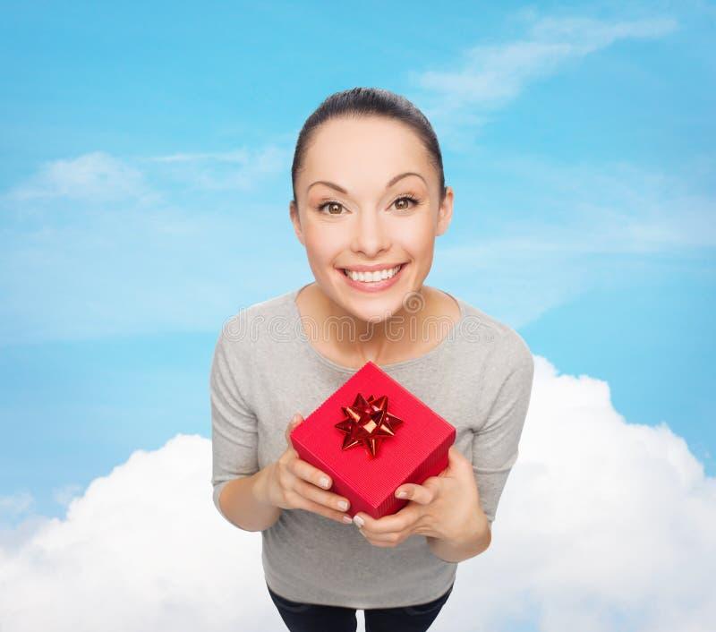 Le den asiatiska kvinnan med den röda gåvaasken royaltyfri bild