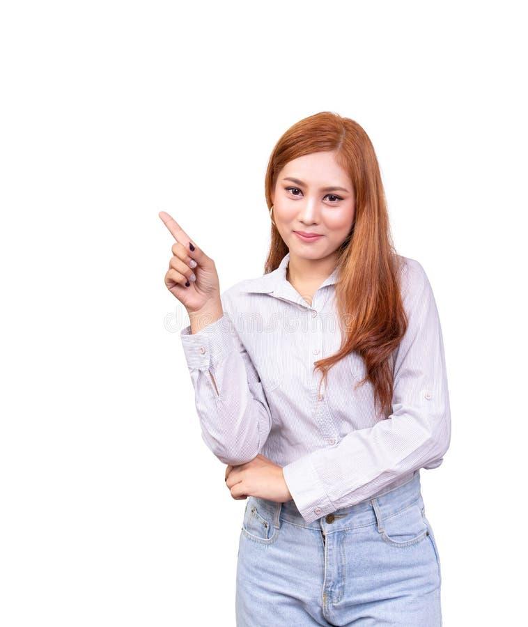 Le den asiatiska kvinnan som visar tomt kopieringsutrymme med att peka fingret som isoleras p? vit bakgrund med urklippbanan arkivbilder