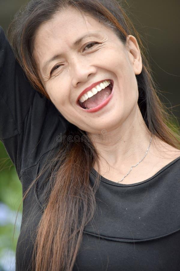 Le den asiatiska kvinnliga pensionären royaltyfri bild