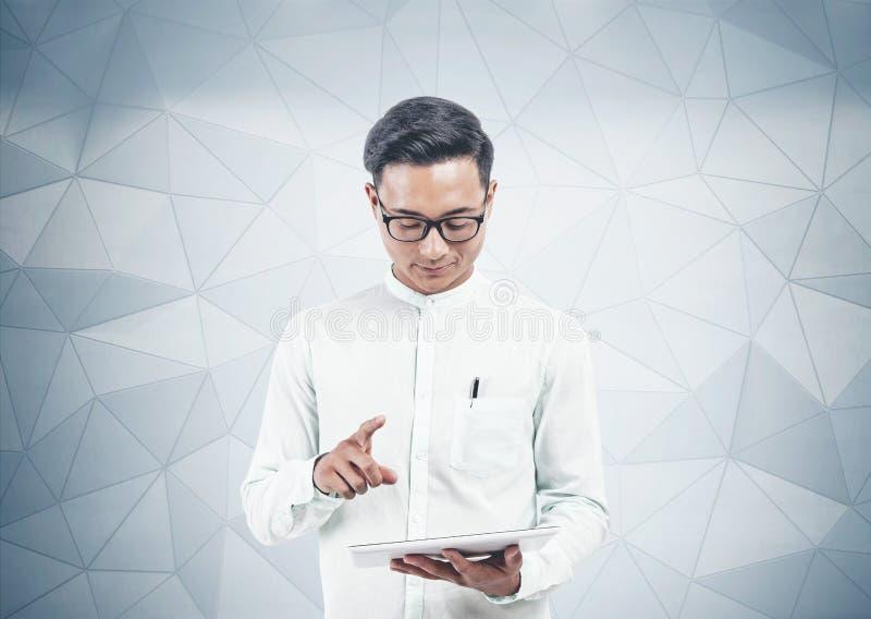Le den asiatiska mannen som använder minnestavlan arkivbilder