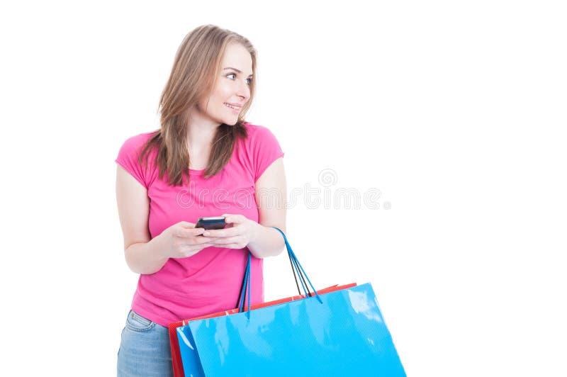 Le den attraktiva flickan som arbetar på smartphonen och kopplar av på sh royaltyfri foto