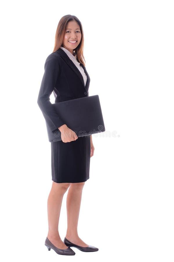 Le den attraktiva hållande anteckningsboken för affärskvinna på vitbaksida arkivbilder