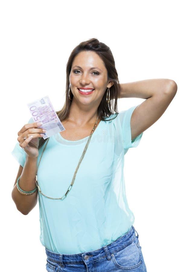Le den attraktiva kvinnan som rymmer räkningen för euro 500 royaltyfri foto