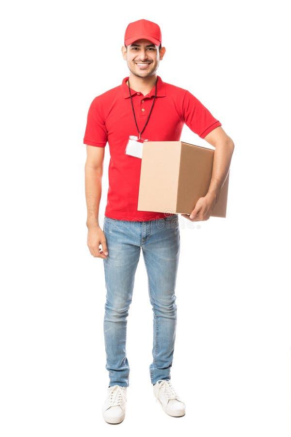 Le den bärande kartongen för leveransman arkivbild
