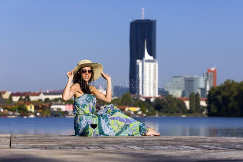 Le den bärande klänningen, hatten och solglasögon för kvinna royaltyfria foton