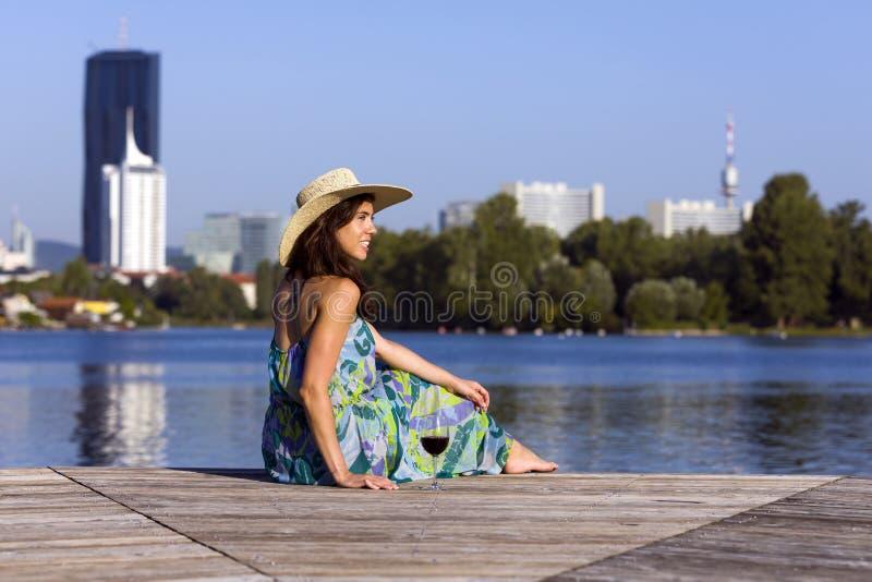 Le den bärande klänningen och hatten för kvinna arkivfoton