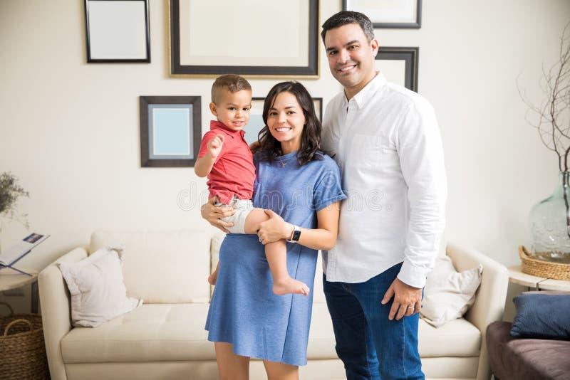 Le den bärande sonen för gravid kvinna av mannen hemma arkivbilder