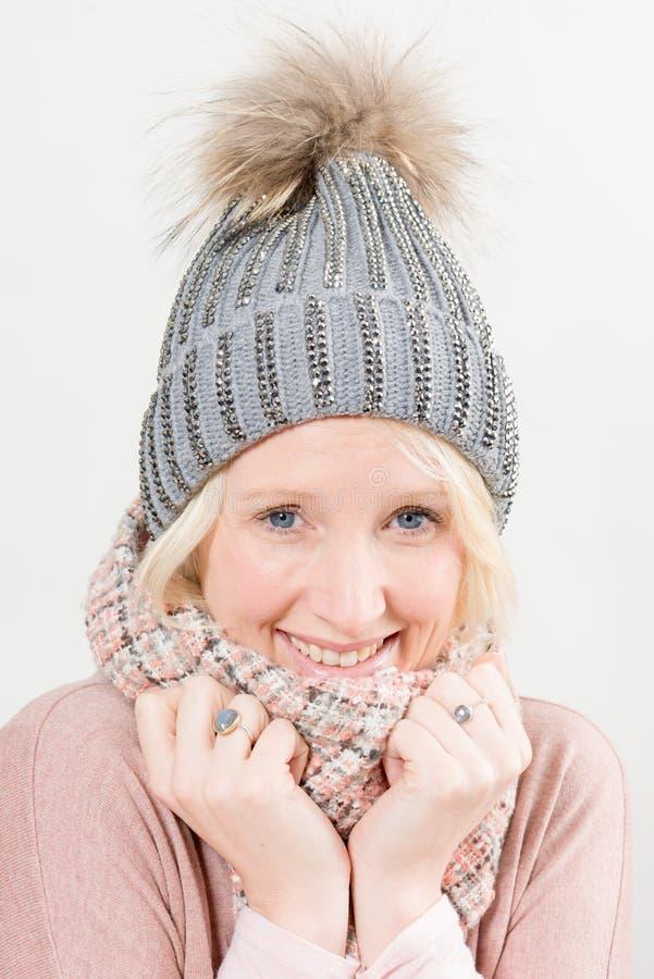 Le den blonda damen Wearing Winter Beanie och halsduken fotografering för bildbyråer