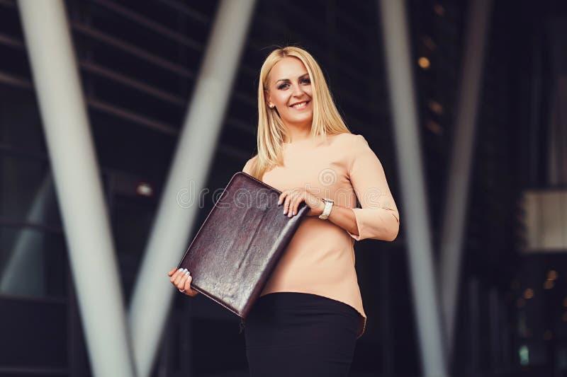 Le den blonda kvinnan i formella kläder royaltyfria foton