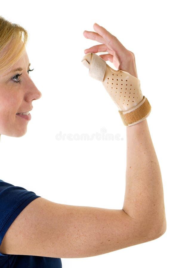 Le den blonda kvinnan som bär det understöda tummestaget royaltyfria bilder