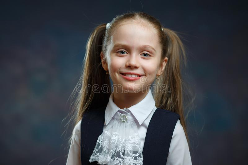 Le den Caucasian elementära skolflickaståenden arkivbilder