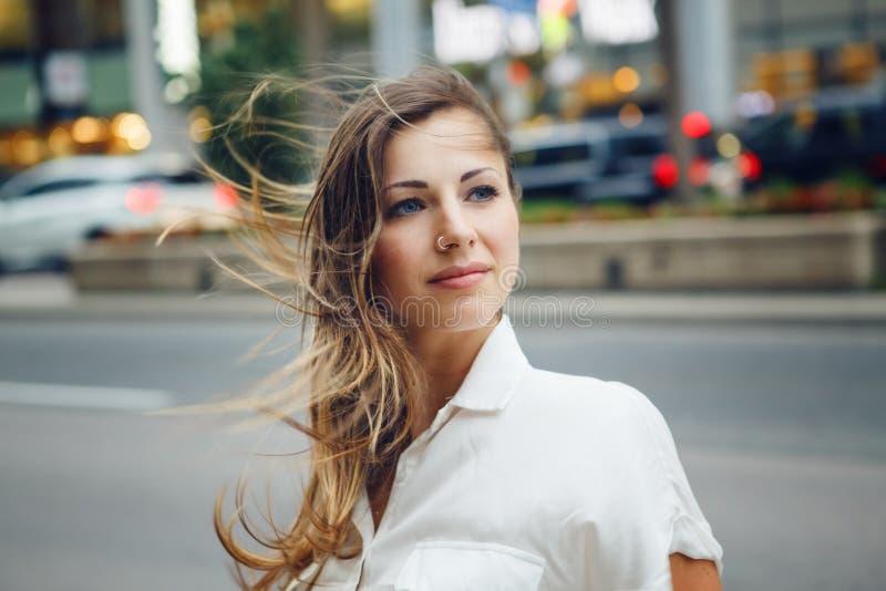 Le den Caucasian kvinnaflickan med blåa ögon med smutsigt blont långt hår på den utomhus- blåsiga dagen, tonat med Instagram filt arkivbilder