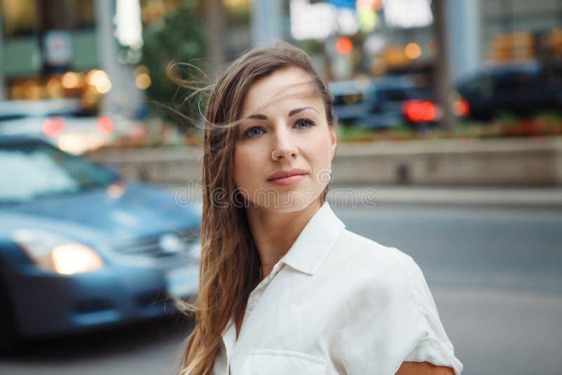 Le den Caucasian kvinnaflickan med blåa ögon med smutsigt blont långt hår på den utomhus- blåsiga dagen, tonat med Instagram filt royaltyfri bild