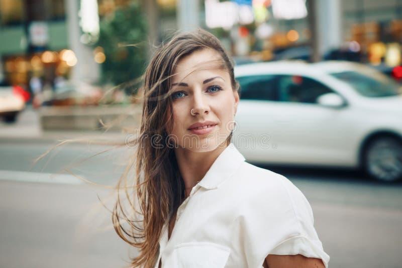 Le den Caucasian kvinnaflickan med blåa ögon med smutsigt blont långt hår på den utomhus- blåsiga dagen, tonat med Instagram filt arkivfoton
