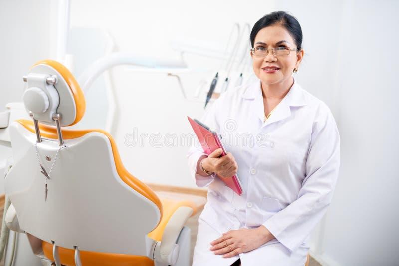 Le den erfarna tandläkaren arkivbilder