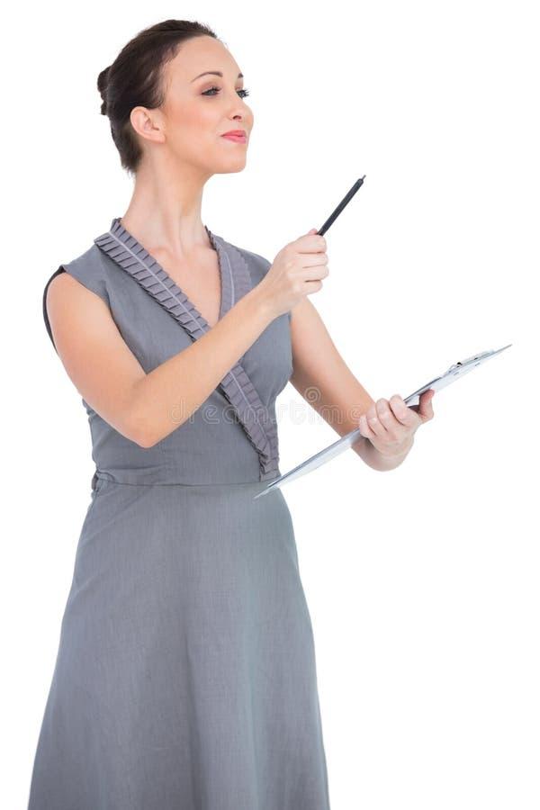 Le den förföriska modellen som pekar med pennan royaltyfri bild
