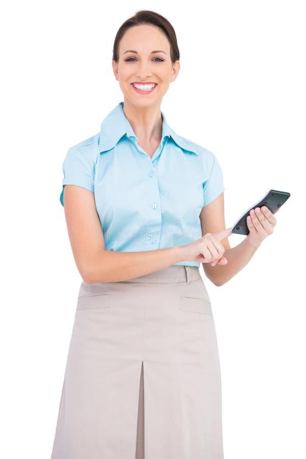 Le den flotta affärskvinnan som använder räknemaskinen arkivfoto