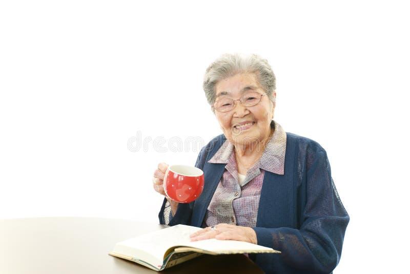 Le den gamla kvinnan royaltyfri foto