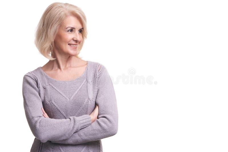 Le den gamla kvinnan som bort ser arkivfoton