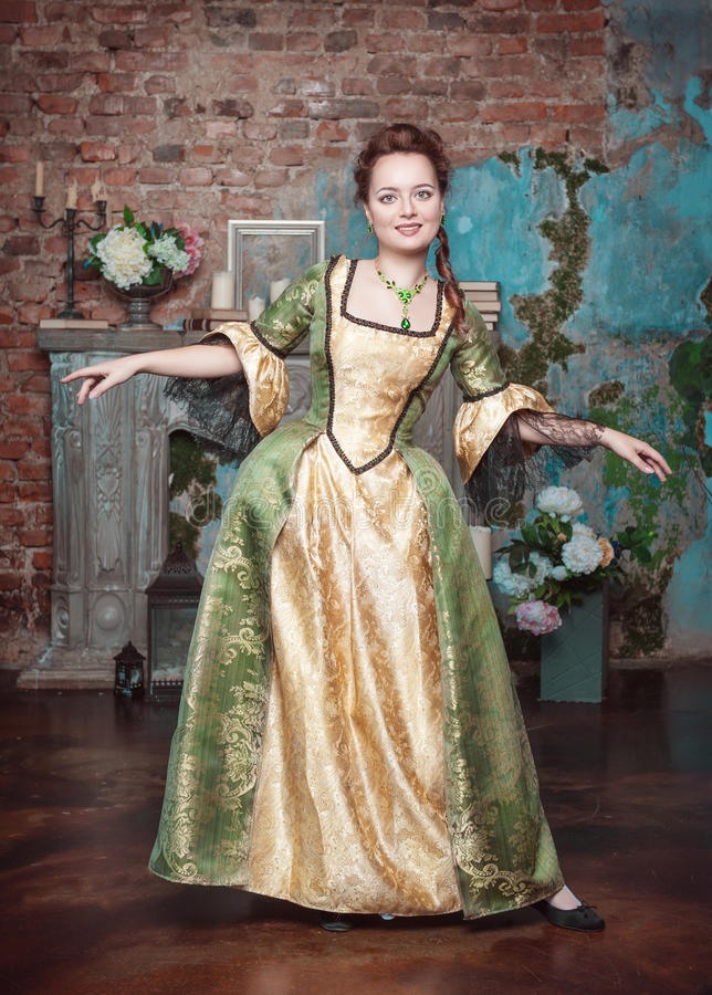 Le den härliga kvinnan i medeltida klänning arkivbilder