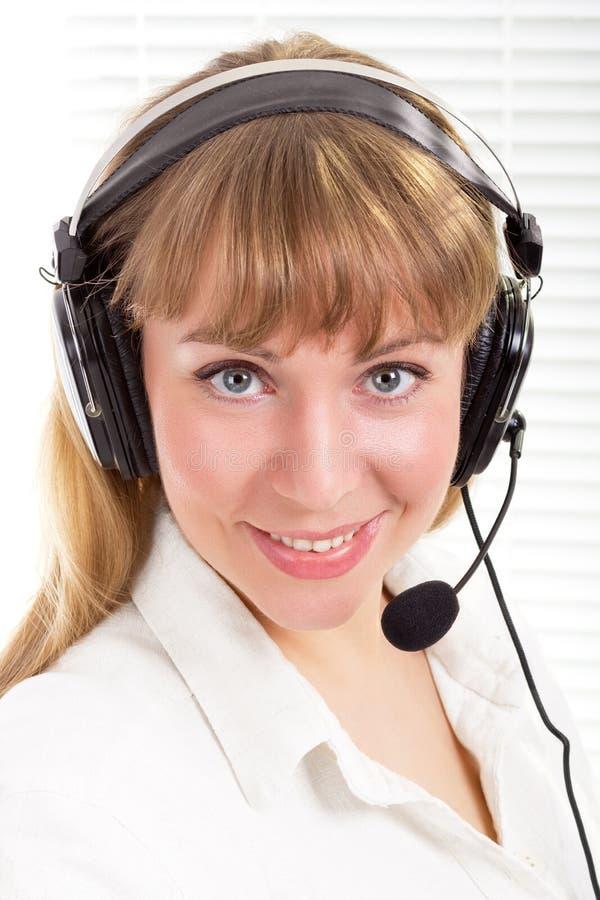 Le den härliga kvinnan med telefonhörlurar med mikrofon royaltyfri fotografi