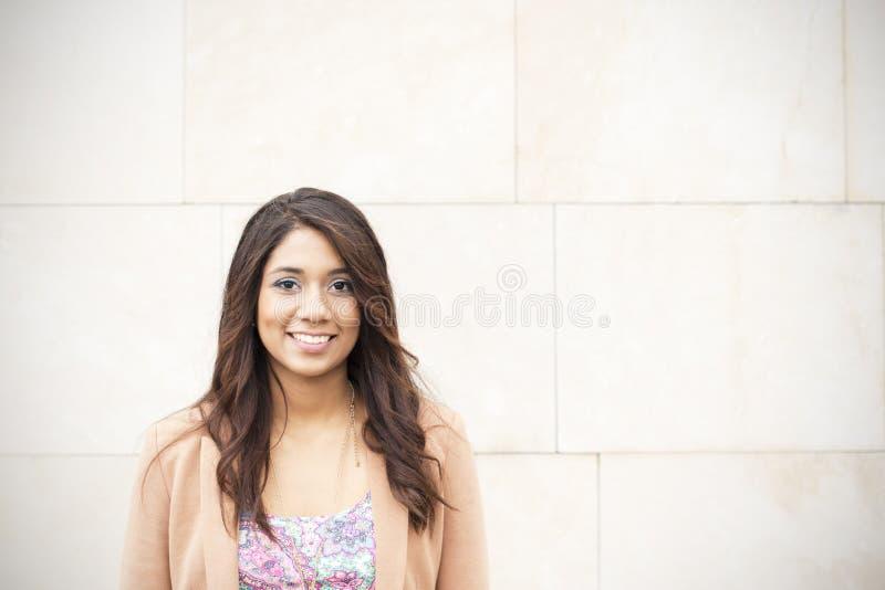 Le den härliga kvinnan på väggbakgrund. fotografering för bildbyråer