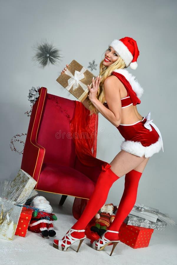 Le den härliga lyckliga flickan klädde som sexiga Santa Helper arkivfoto