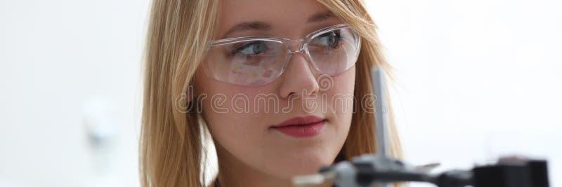 Le den härliga teknikerkvinnaståenden royaltyfri foto