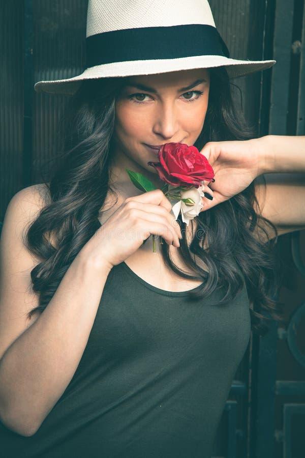 Le den härliga unga latinokvinnan med den ståenden för Panama hatt royaltyfria bilder