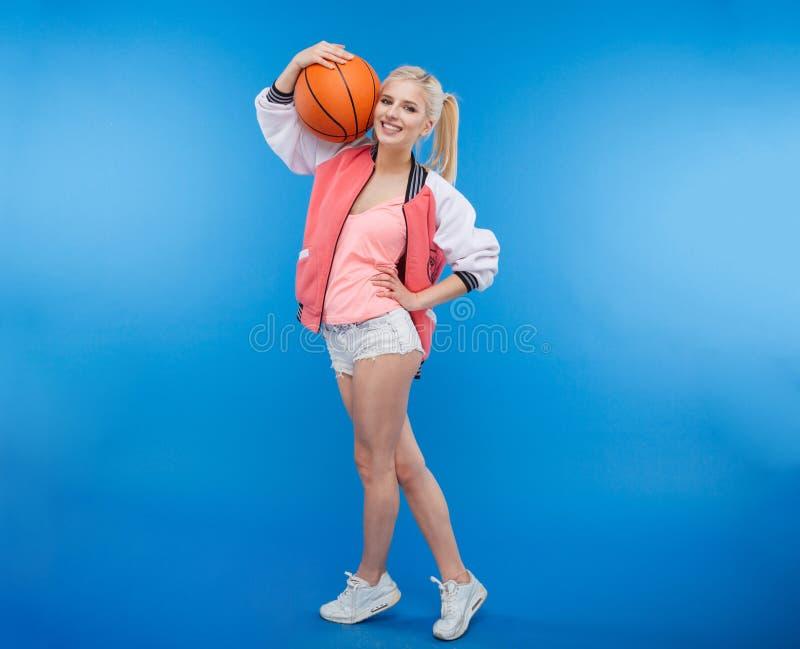 Le den hållande basketbollen för kvinnlig tonåring fotografering för bildbyråer