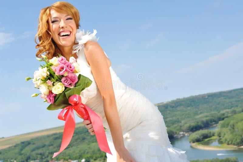Le den hållande buketten för rödhårig manbrud royaltyfri foto