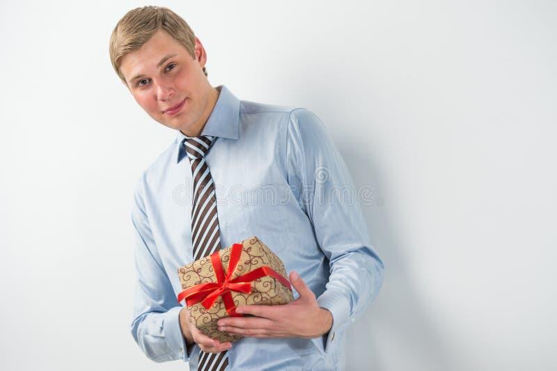 Le den hållande gåvaasken för affärsman arkivbild