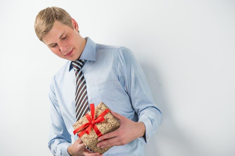 Le den hållande gåvaasken för affärsman royaltyfri bild