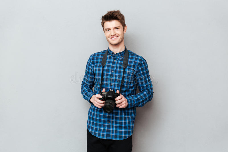 Le den hållande kameran för man i händer royaltyfri fotografi