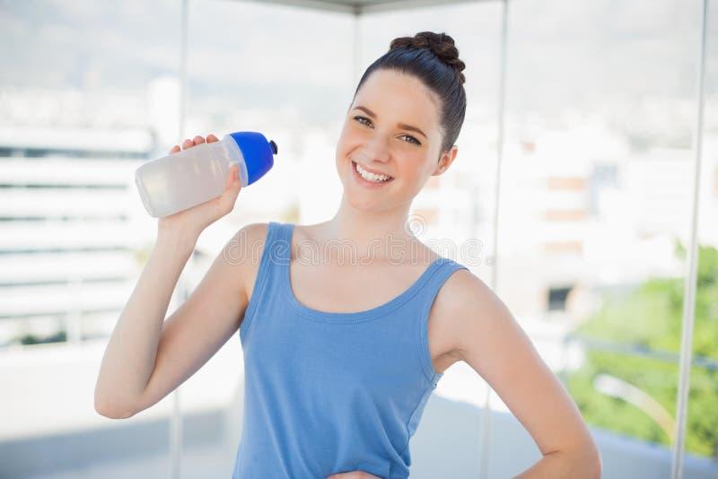 Le den hållande plast- flaskan för spenslig kvinna royaltyfri bild