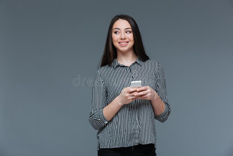 Le den hållande smartphonen för affärskvinna fotografering för bildbyråer