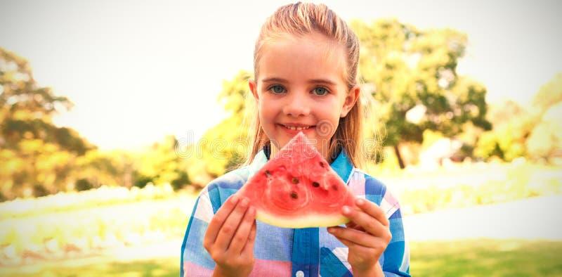Le den hållande vattenmelonskivan för flicka i parkera royaltyfri foto
