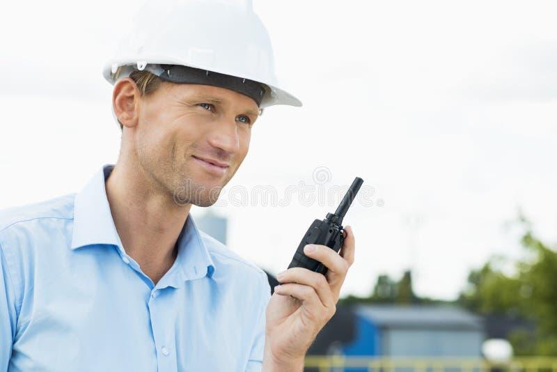 Le den hållande walkie-talkie för arkitekt på konstruktionsplatsen royaltyfria foton