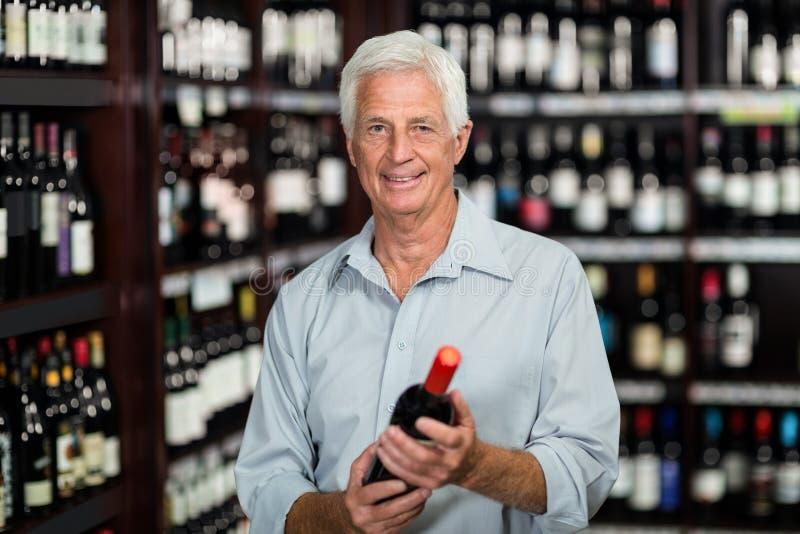 Le den höga mannen som väljer vin fotografering för bildbyråer